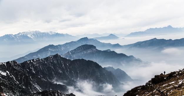 Montagne con nebbia