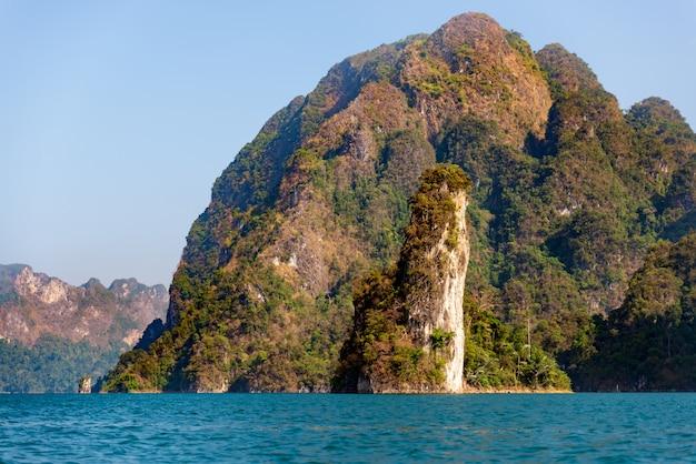 Montagne del calcare con gli alberi nel mare in tailandia
