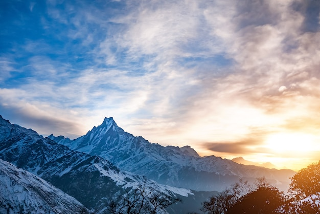 Montagne dell'himalaya ad alba, nepal
