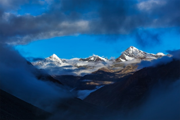 Montagne di himalayas su alba