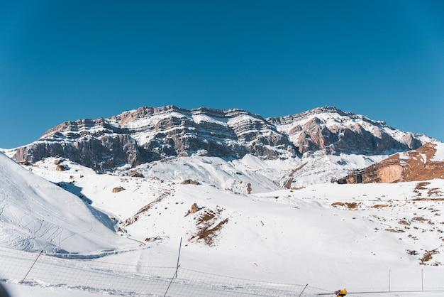 Montagne di inverno nella regione di gusar dell'azerbaigian