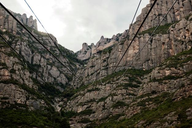 Montagne di montserrat dove una famosa abbazia benedettina si trova vicino alla città di barcellona, in spagna.