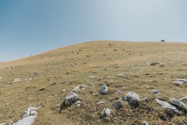 Montagne e colline con molte rocce sotto il bel cielo blu