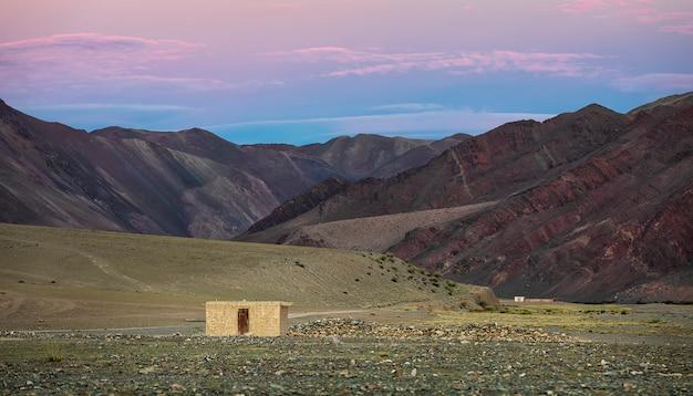 Montagne e valle di altai con la casa di abbandono all'alba in mongolia occidentale. asia