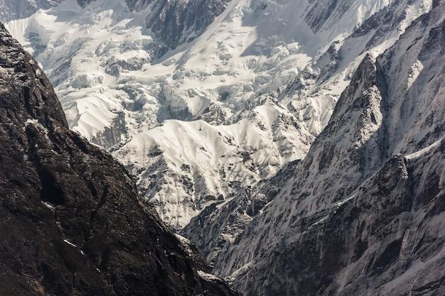 Montagne ghiacciate di annapurna coperte di neve nell'himalaya del nepal
