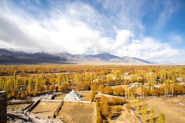 Montagne himalayane in autunno e chiaro cielo blu