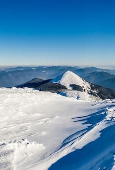 Montagne innevate invernali. paesaggio artico. scena all'aperto colorata, foto elaborata in stile artistico.