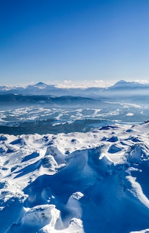 Montagne invernali innevate. paesaggio artico.
