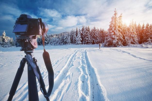 Montagne misteriose del paesaggio misterioso in inverno e strada