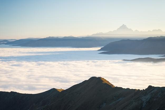 Montagne nebbiose al tramonto