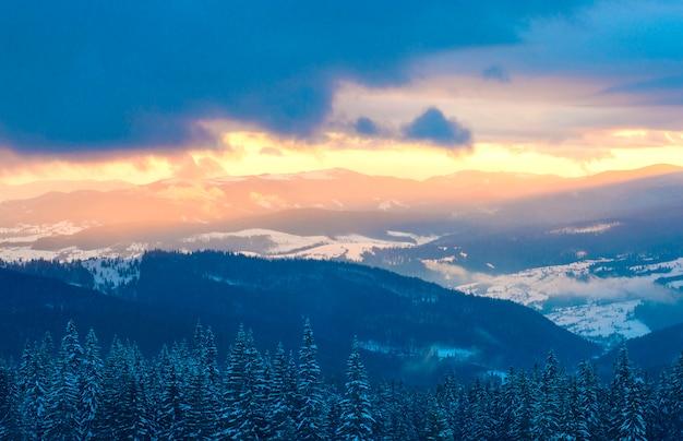 Montagne nella neve su uno sfondo di nuvole in inverno