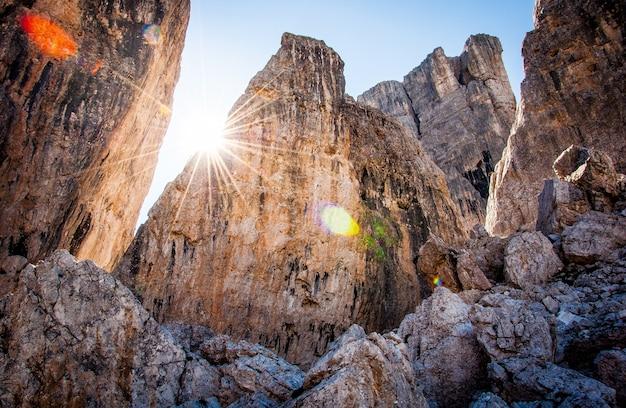 Montagne rocciose con sole e cielo sereno a cortina d'ampezzo