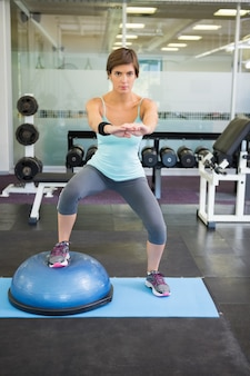 Montare castana usando la palla di bosu per gli squat