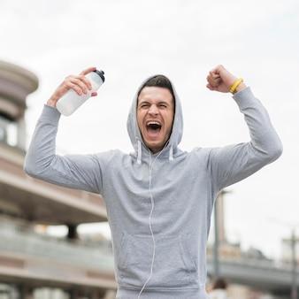 Montare l'atleta felice dopo aver fatto jogging all'aperto
