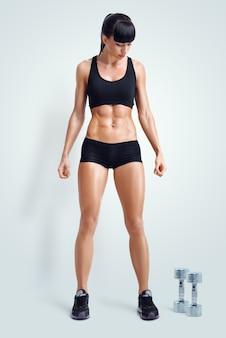 Montare l'atleta femminile in activewear pronto a fare esercizio