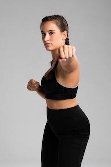 Montare la donna in posizione di combattimento