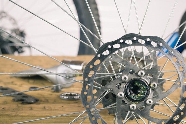 Montare la ruota posteriore mountain bike sul tavolo.