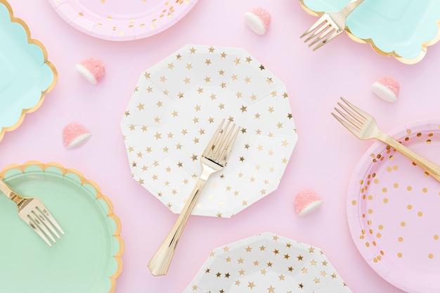 Montare piatti e forchette in plastica