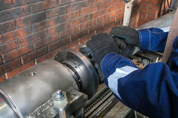 Montatore che lavora su una saldatrice automatica