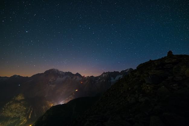 Monte bianco (mont blanc) paesaggio notturno con cielo stellato