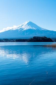 Monte fuji con lago kawaguchiko e cielo blu