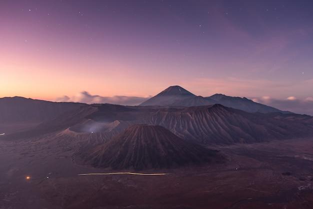 Monte vulcano attivo con stella all'alba