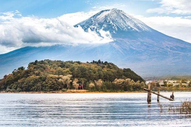 Monti il fuji nel lago kawaguchiko in yamanashi, giappone