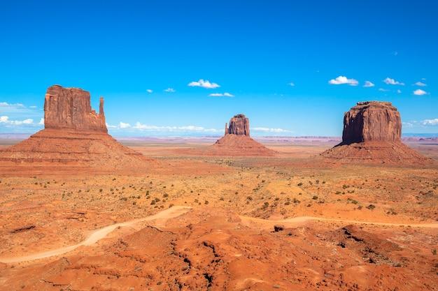 Monument valley sotto il cielo blu, usa
