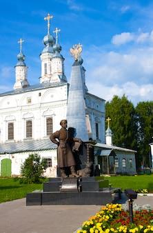 Monumento a erofei pavlovich khabarov nella piazza komsomol a veliky ustyug, regione di vologda