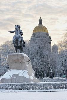 Monumento a pietro il grande, il cavaliere di bronzo a san pietroburgo, russia