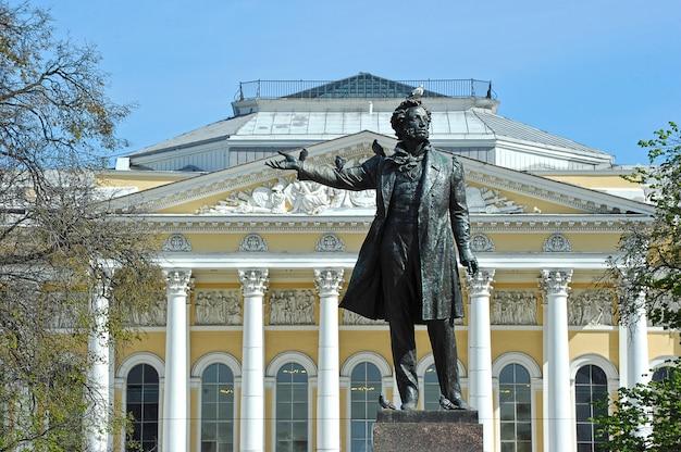 Monumento ad alexander pushkin sulla piazza delle arti di fronte al museo russo (palazzo mikhailovsky) a san pietroburgo, russia
