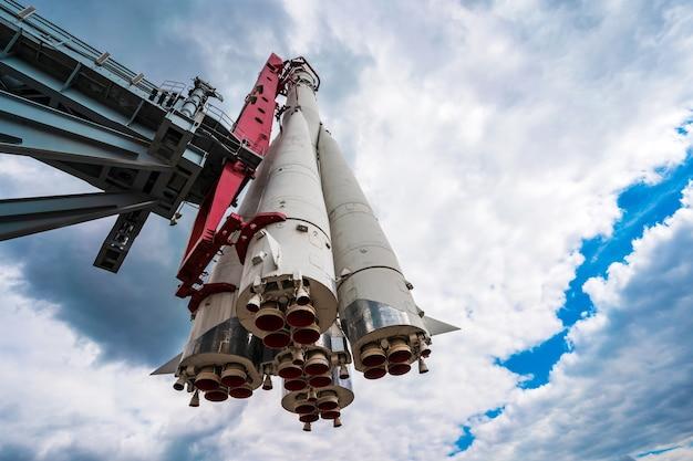 Monumento del razzo spaziale russo vostok contro un cielo con nuvole