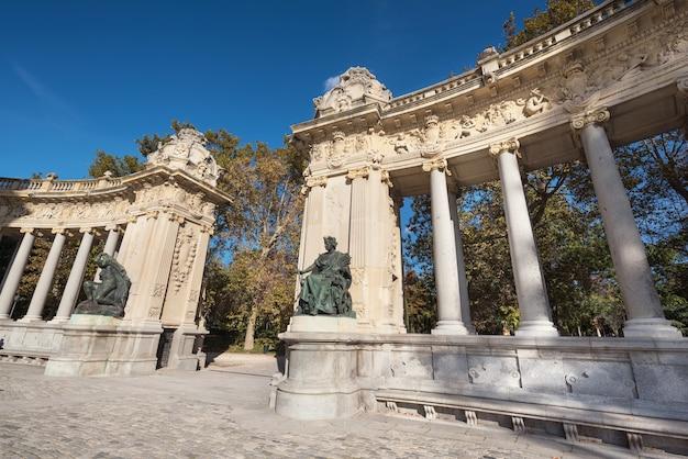 Monumento di alfonso xii nel parco del retiro, madrid, spagna.