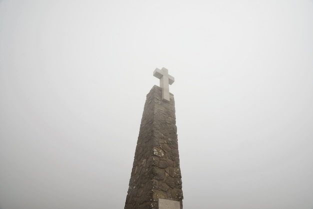Monumento in pietra con grande croce bianca a cabo da roca