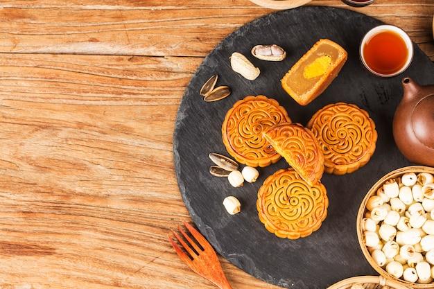Mooncakes tradizionali sul tavolo con teacup.