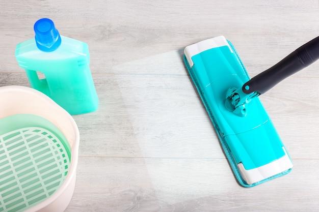 Mop, straccio in microfibra con detergente. pulizia concetto di disinfezione.