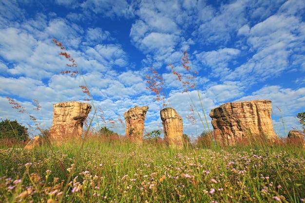Mor hin khao, thailandia stonehenge, con un bellissimo campo