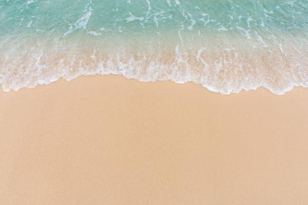 Morbida onda di mare sulla spiaggia di sabbia vuota