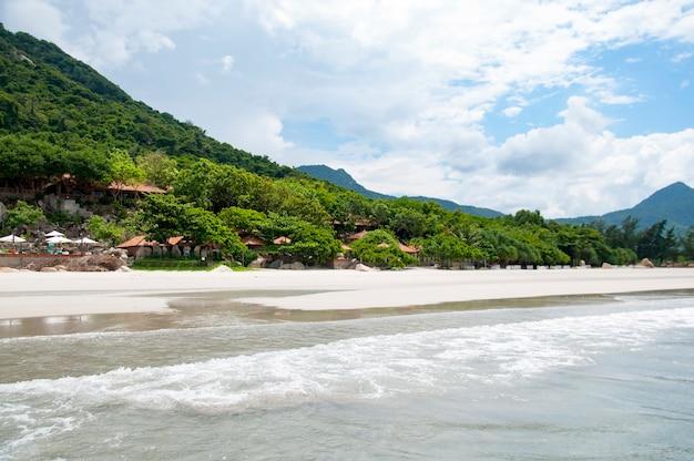 Morbida onda di oceano blu su una spiaggia sabbiosa. con la sfocatura. tonificante.