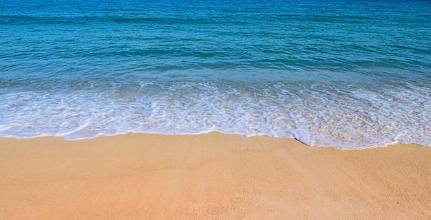Morbida onda sul concetto di spiaggia estate