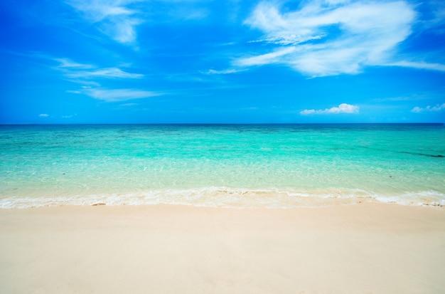 Morbida onda sulla spiaggia di sabbia.