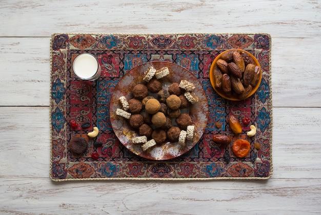 Morsi di energia organica sani con noci, cacao, datteri e miele - spuntino o pasto crudo vegetariano vegano.