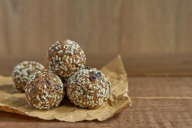Morsi di muesli di energia organica sani con noci, cacao, sesamo e miele. spuntino crudo vegano e vegetariano