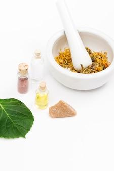 Mortaio e pestello e bottiglie di olio essenziale per la medicina naturale