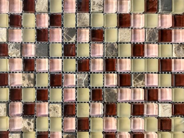 Mosaico di piastrelle in pietra per decorare il bagno e la piscina.
