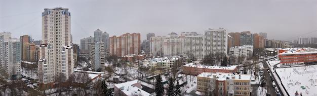 Mosca sotto neve, paesaggio della città del quartiere residenziale con grattacieli, veduta aerea