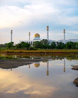 Moschea centrale di songkhla con la riflessione dell'acqua a sud della tailandia