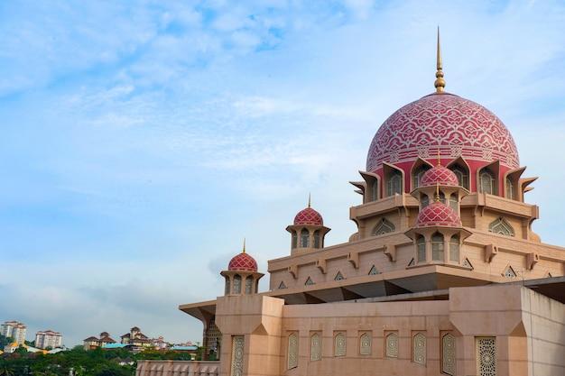 Moschea di putra attrazione turistica più famosa a kuala lumpur in malesia