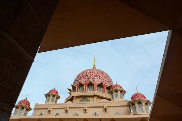 Moschea di putra la più famosa attrazione turistica di kuala lumpur in malesia / putrajaya masjid putra