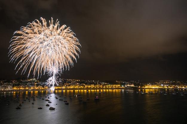 Mostra di fuochi d'artificio in spiaggia